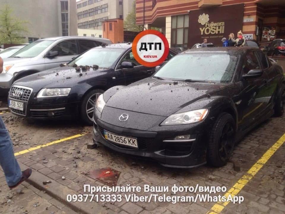 Масштабный прорыв трубы в Киеве: асфальтом побило несколько авто, фото-2