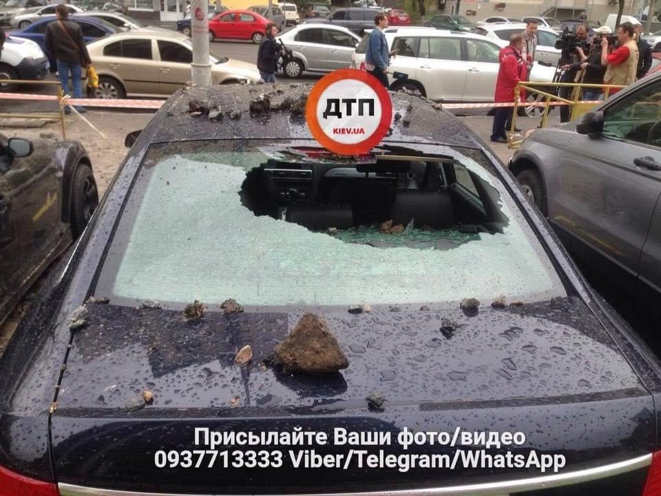Масштабный прорыв трубы в Киеве: асфальтом побило несколько авто, фото-1