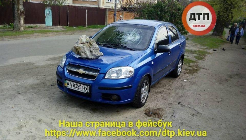 В Киеве неизвестные бросили огромный камень на припаркованное авто, фото-1