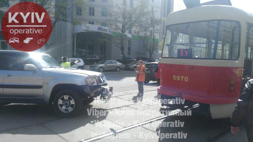 В Киеве столкнулись трамвай и авто, фото-1