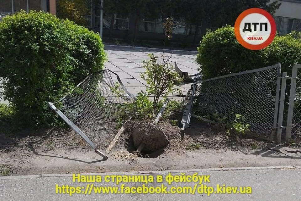 На Борщаговке неуправляемый автомобиль вылетел на территорию школы (ФОТО), фото-4