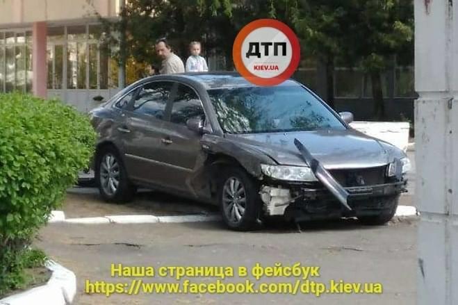 На Борщаговке неуправляемый автомобиль вылетел на территорию школы (ФОТО), фото-1