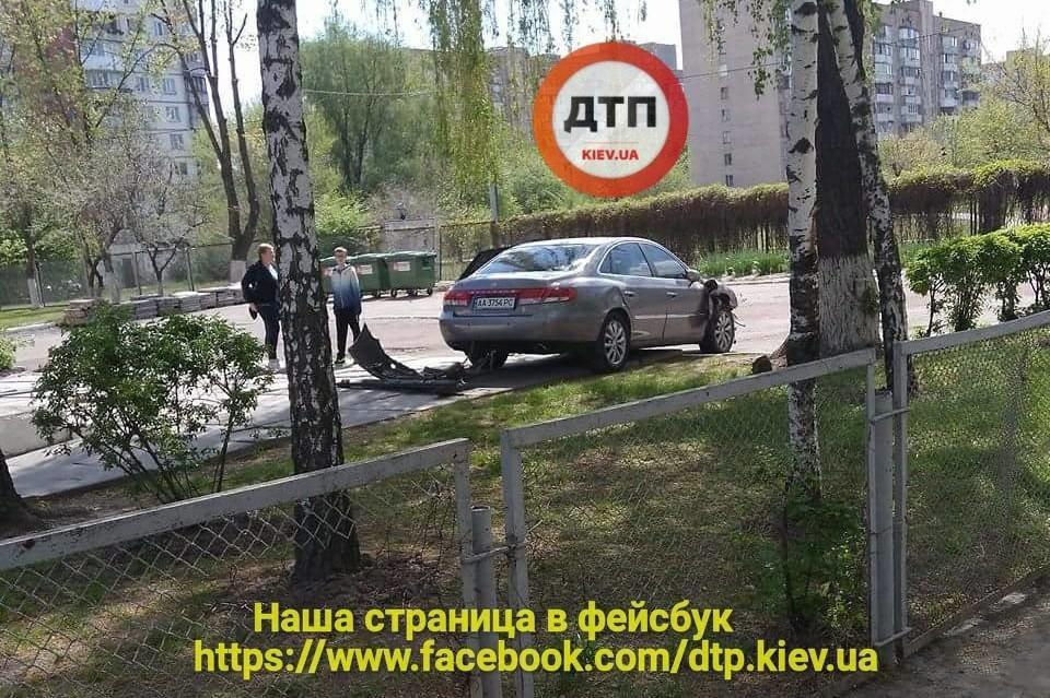 На Борщаговке неуправляемый автомобиль вылетел на территорию школы (ФОТО), фото-3