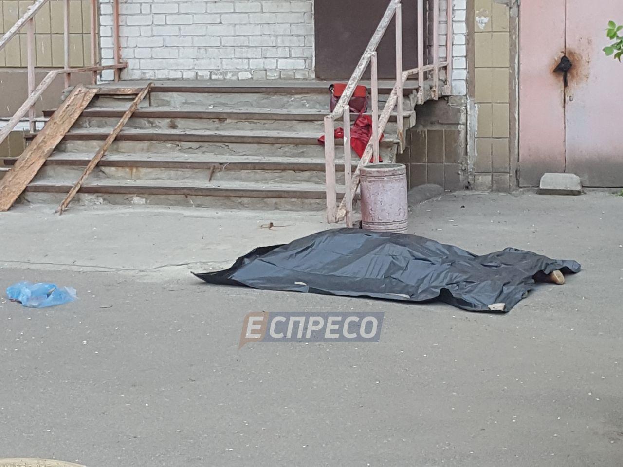 В Киеве девушка выпрыгнула с шестого этажа многоэтажки и погибла, фото-1