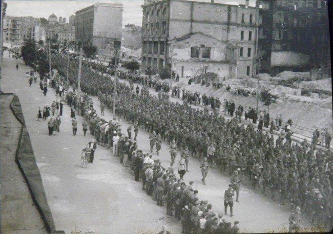 1944 год. Колона немецких военнопленных идет по Крещатику