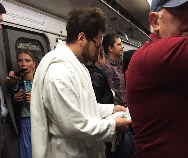 В киевском метро заметили пассажиров в халатах, - ФОТО, фото-2