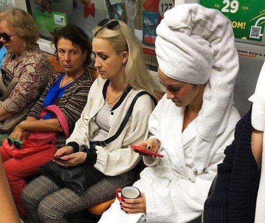 В киевском метро заметили пассажиров в халатах, - ФОТО, фото-3
