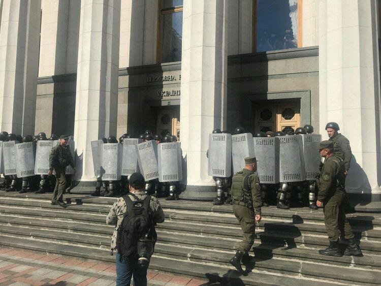Под Верховной Радой произошла массовая драка, есть пострадавший, - ФОТО, фото-1