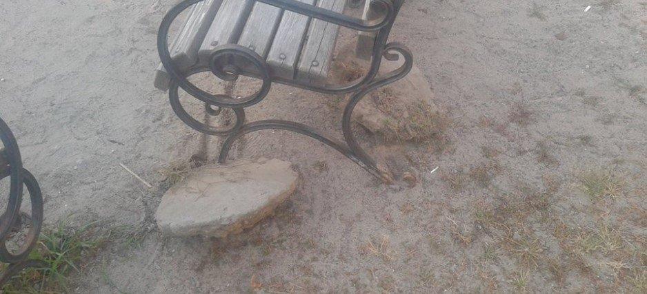 На Русановке неизвестные выкорчевали лавочку, - ФОТО, фото-2