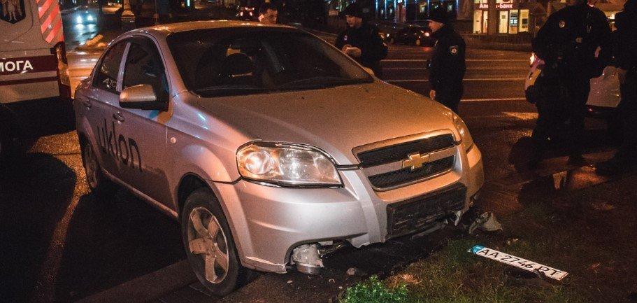 В центре Киева такси протаранило клумбу, - ФОТО, фото-1