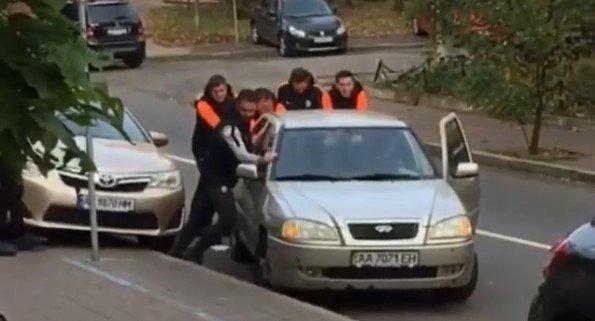 """Фото дня: футболисты """"Шахтера"""" помогли киевлянину толкать автомобиль, фото-1"""
