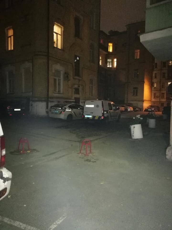 След окровавленной руки на стене: в Киеве на Саксаганского мужчина стал жертвой наводчицы и налетчика, - ФОТО, ВИДЕО, фото-2