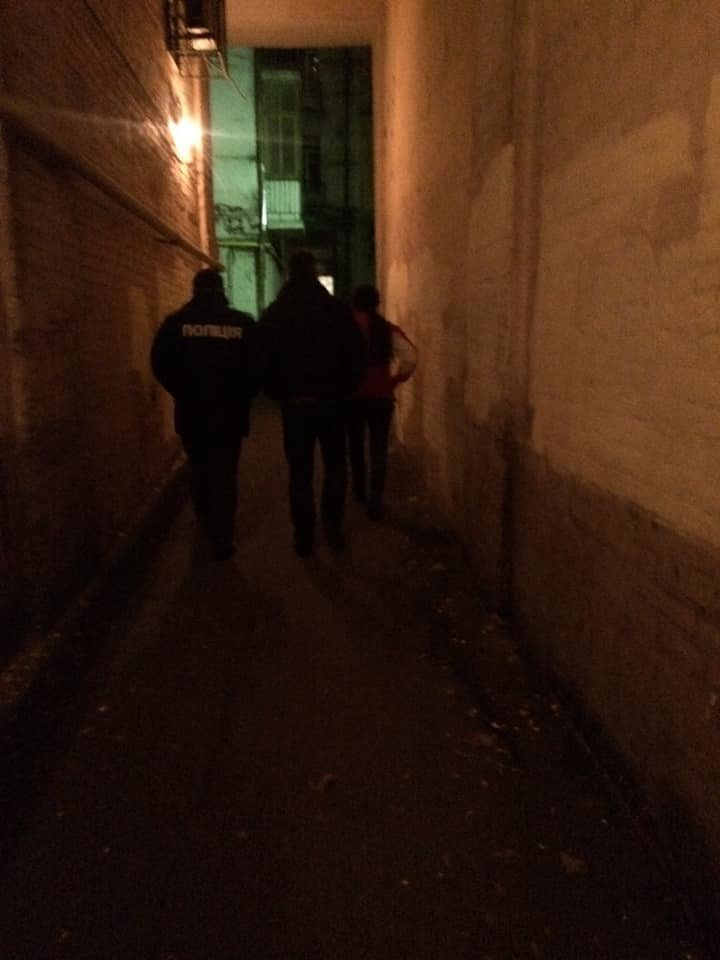 След окровавленной руки на стене: в Киеве на Саксаганского мужчина стал жертвой наводчицы и налетчика, - ФОТО, ВИДЕО, фото-4
