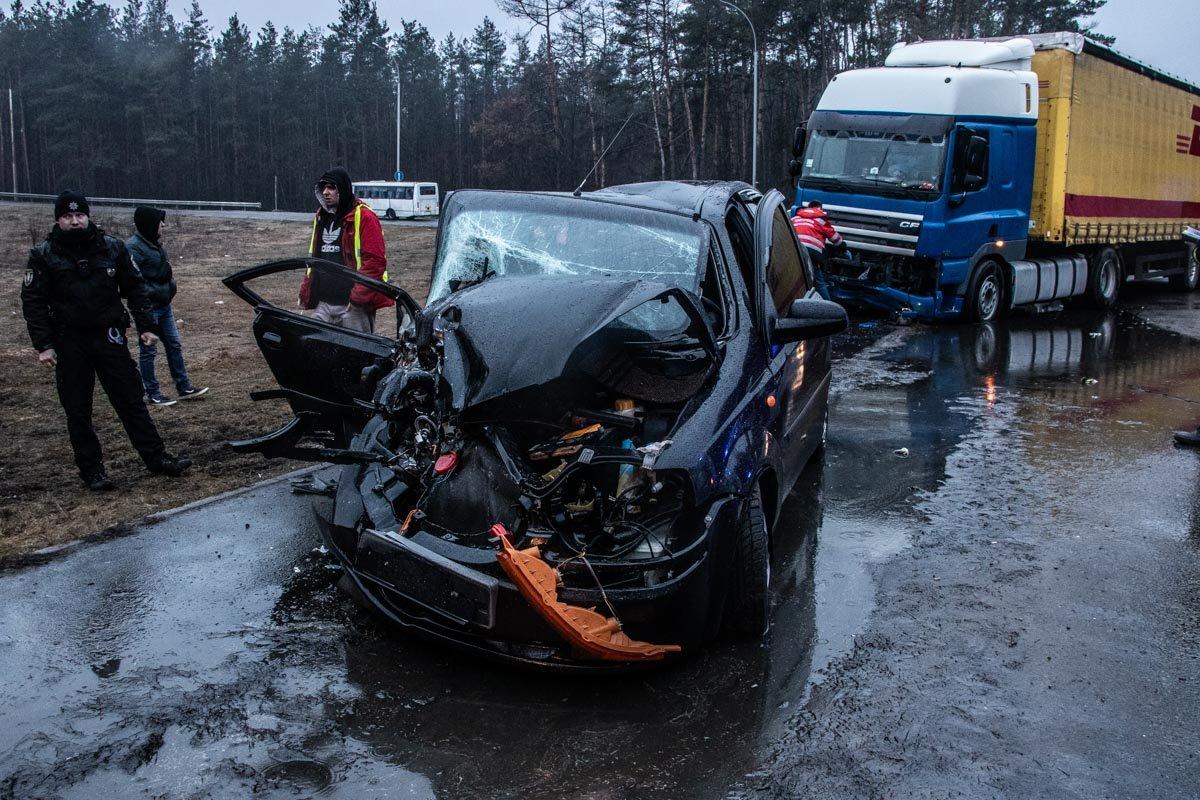 В Киеве столкнулись фура и легковой автомобиль: пятеро пострадавших , фото-4, Фото: Информатор