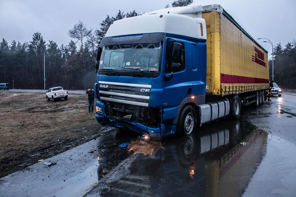 В Киеве столкнулись фура и легковой автомобиль: пятеро пострадавших , фото-3, Фото: Информатор