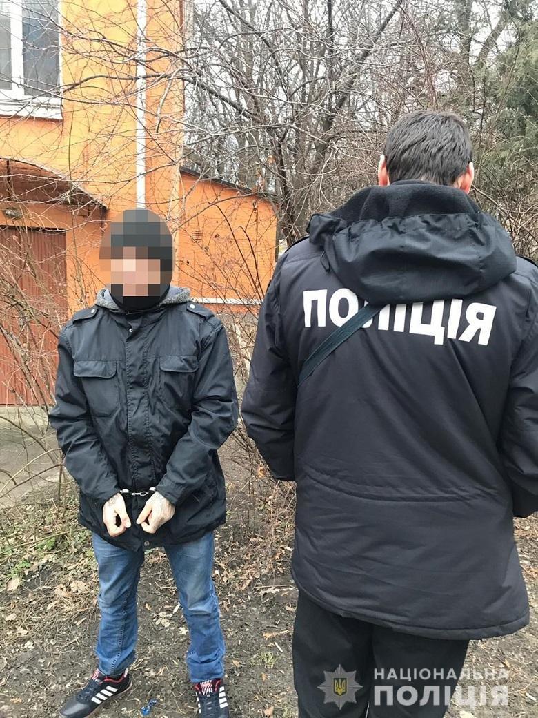 Украл iPhone: в Киеве на остановке ″копы″ задержали карманника, фото-1
