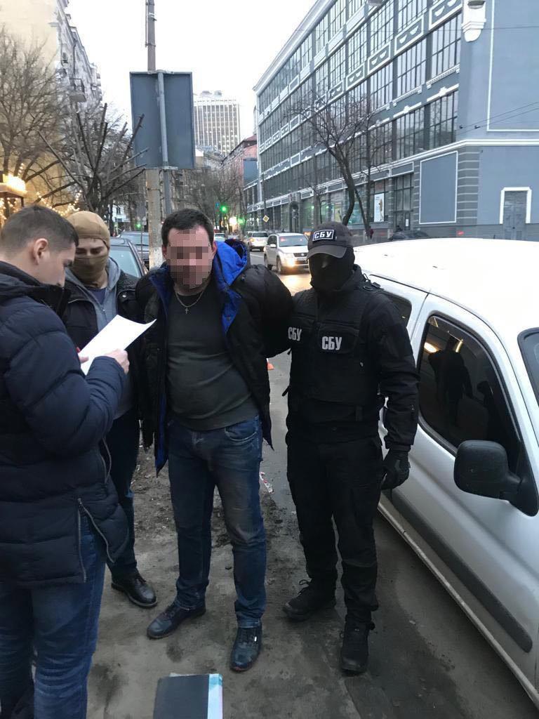 50 тысяч гривен: в Киеве поймали на взятке двух чиновников Госаудитслужбы, - ФОТО, фото-1