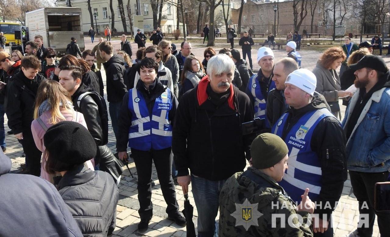 Во время акции в центре Киева мужчина бросил в людей пиротехнику, - ФОТО, ВИДЕО, фото-2