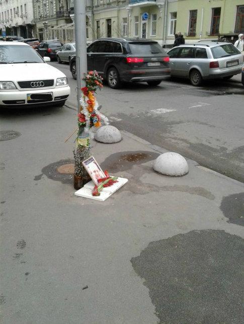Киевлянин просит убрать с центра города венки на месте гибели Павла Шеремета, фото-1