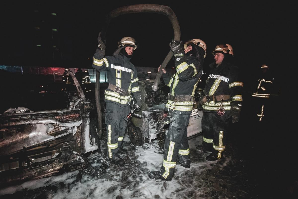 В Киеве посреди ночи сгорело элитное авто, - ФОТО, фото-1