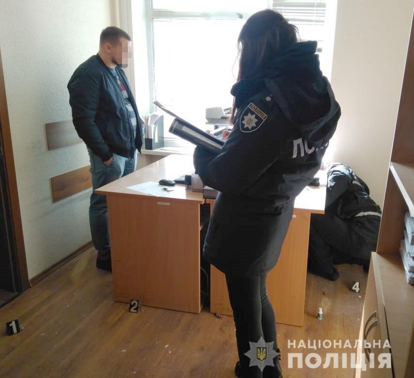 В Киеве неизвестный стрелял в здание суда, - ФОТО, фото-2
