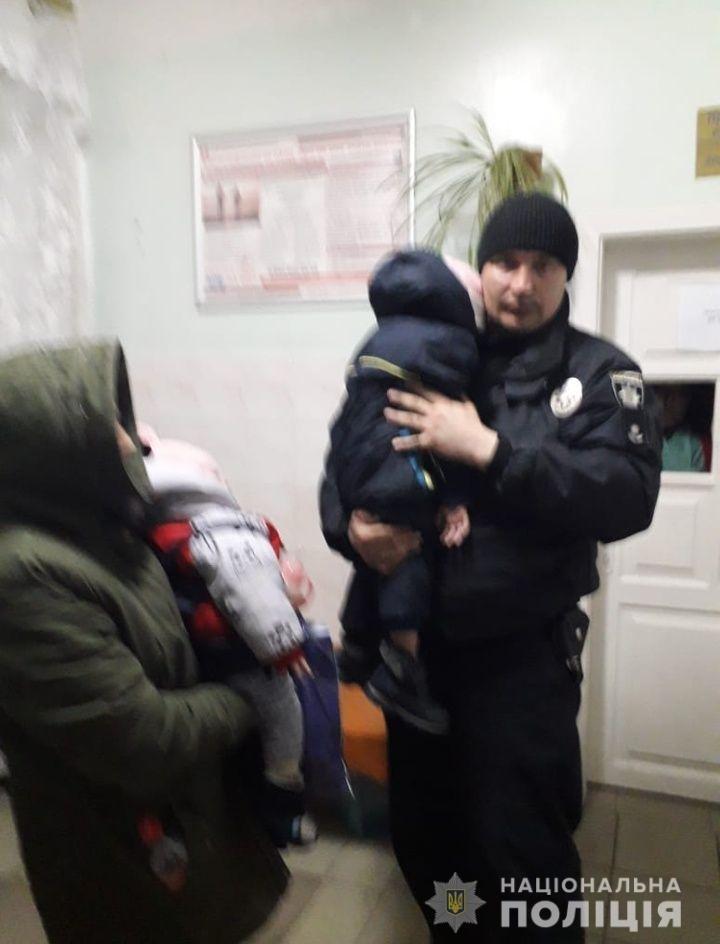 Под Киевом женщина бросила дочь с внуками ночевать на улице, - ФОТО, фото-1