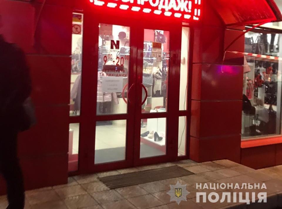 Под Киевом неизвестные с автоматами ограбили ювелирный магазин, фото-1