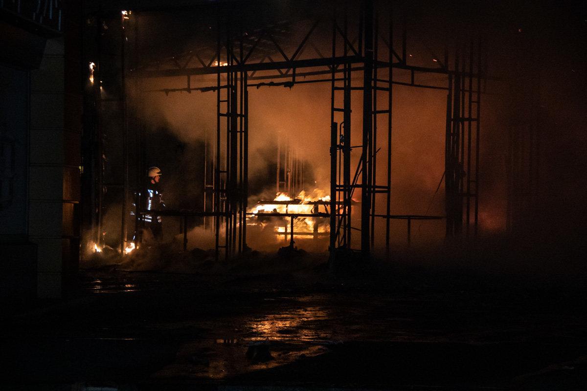 На одном из рынков Киева горел торговый павильон, - ФОТО, фото-1