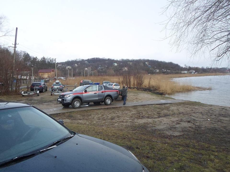 В Киевской области нашли тело рыбака, лодка которого перекинулась во время рыбалки, - ФОТО, фото-2, Фото ГСЧС в Киевской области