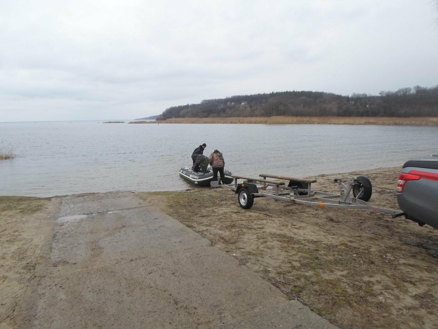 В Киевской области нашли тело рыбака, лодка которого перекинулась во время рыбалки, - ФОТО, фото-1, Фото ГСЧС в Киевской области