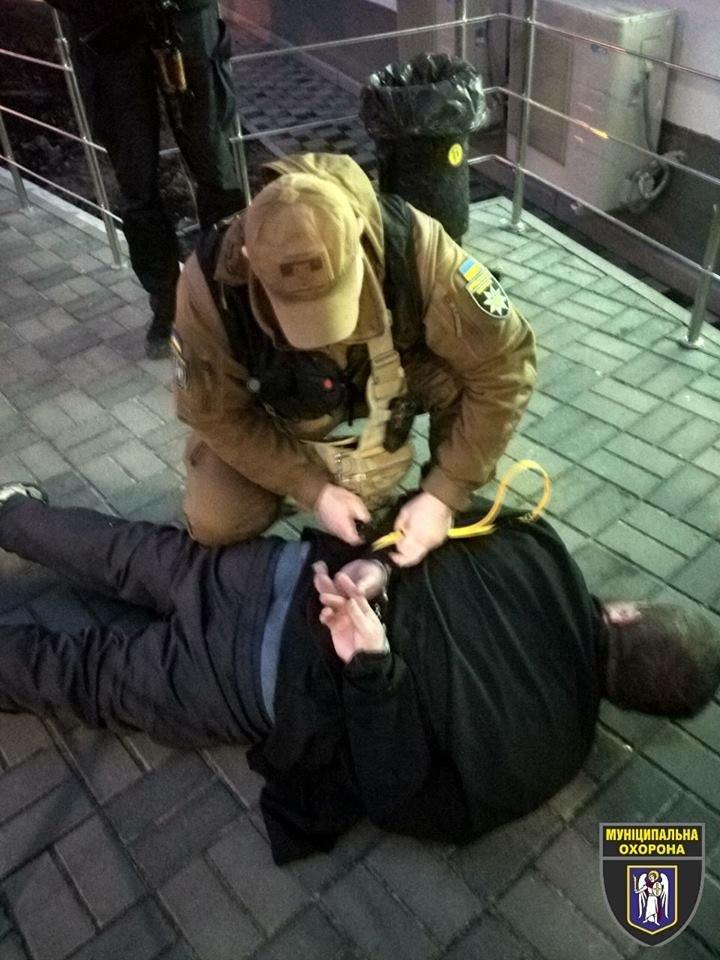 С ножом и в рясе: в Киеве задержали неадекватного мужчину, который устроил погром в больнице, - ФОТО, фото-2