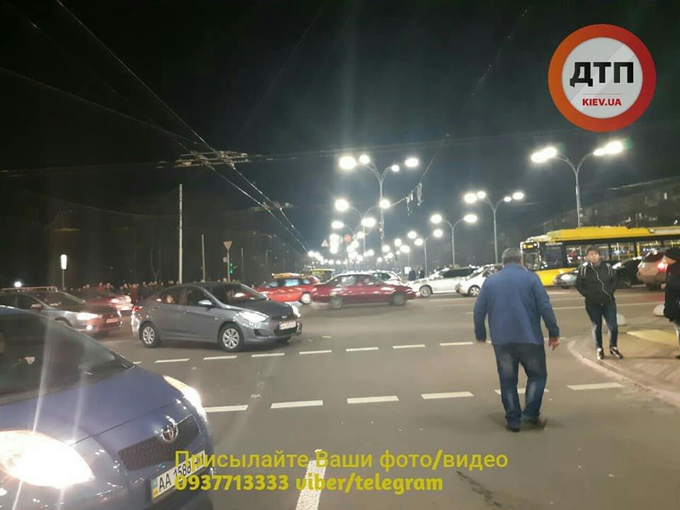 Возле Дорогожичей водитель автобуса сбил трех пешеходов: появились подробности, фото-1, Фото: facebook.com/dtp.kiev.ua