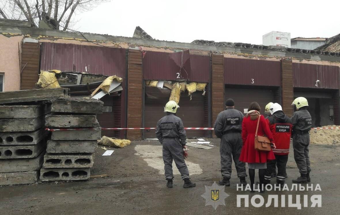 В Киеве в гараже на двух женщин упали бетонные плиты от потолка, - ФОТО, фото-1