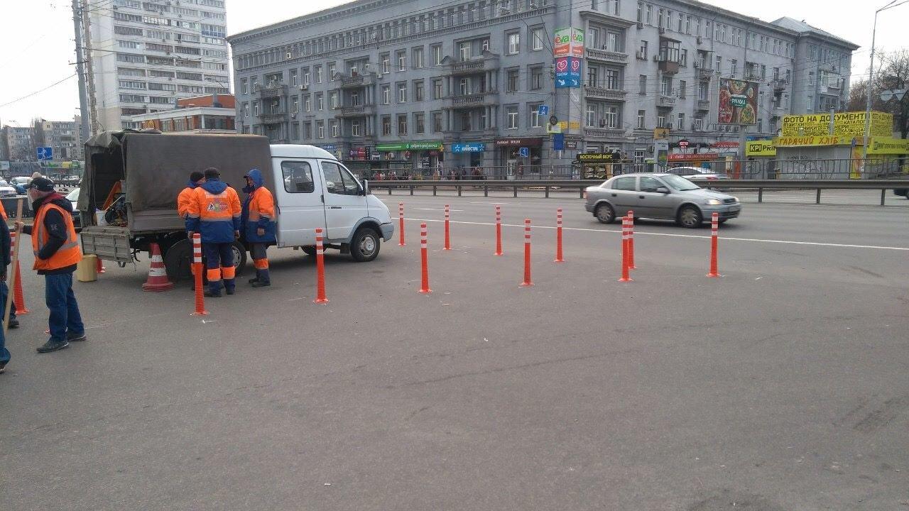 Чтобы не парковались: в Киеве установили делиниаторы на проспекте Победы, - ФОТО, фото-5