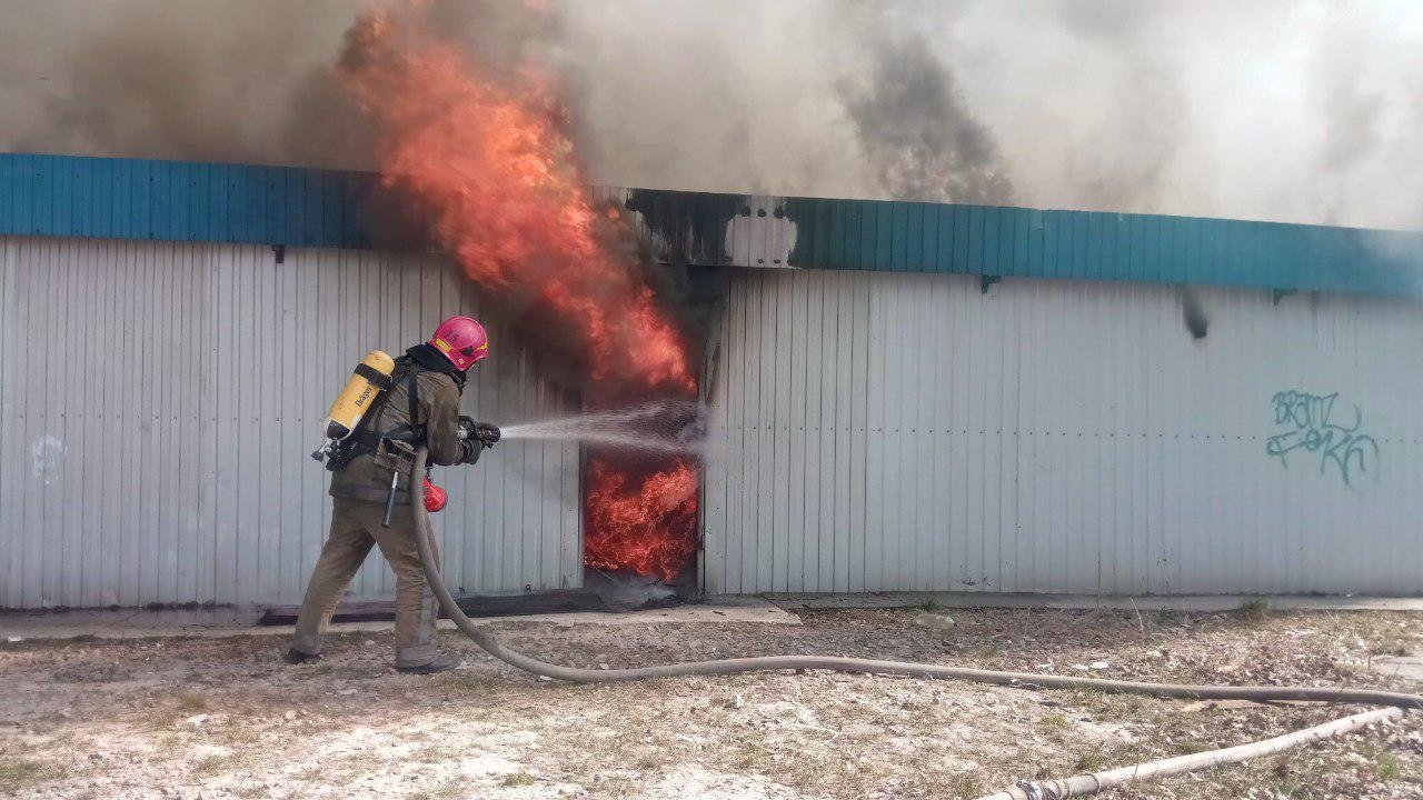 На Осокорках в Киеве произошел пожар на стройке, - ФОТО, ВИДЕО, фото-1