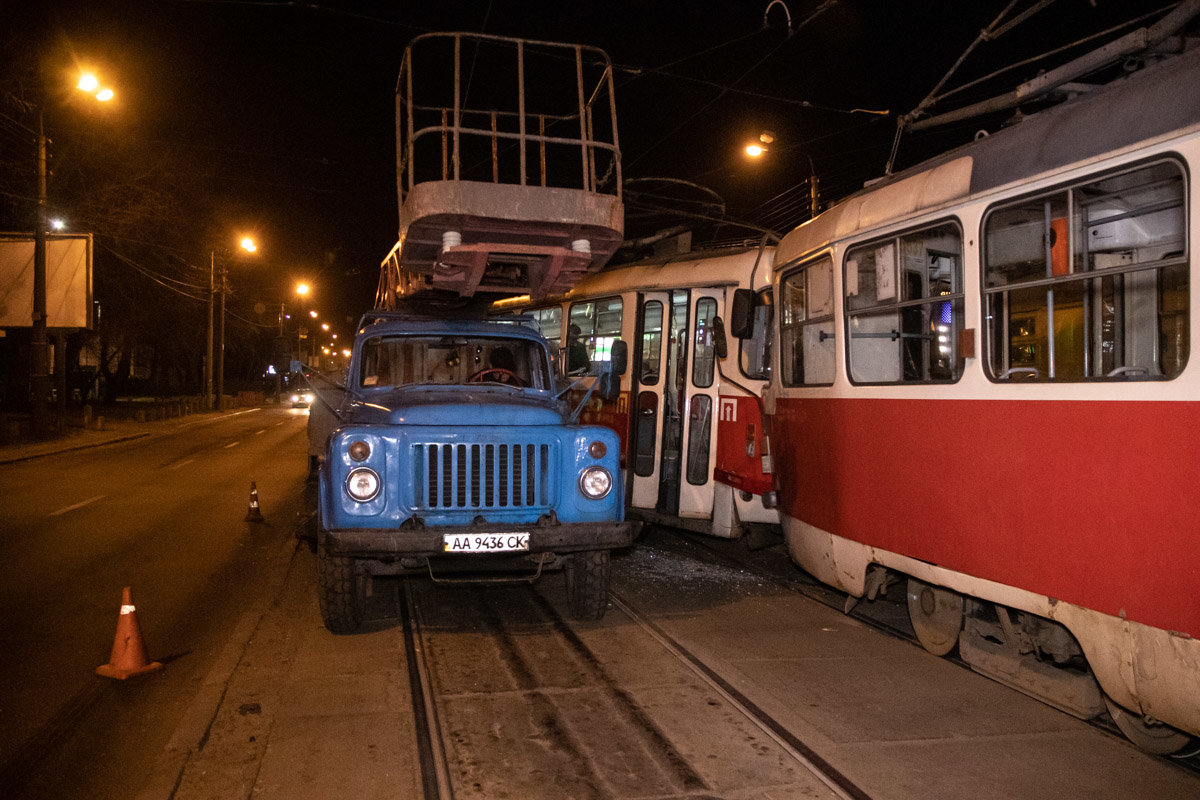 В Киеве столкнулись два трамвая: трое пострадавших, - ФОТО, фото-2, Фото: Информатор