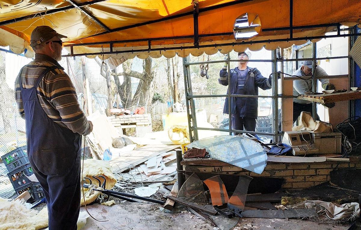 Кафе-бар с танцполом: в киевском парке демонтируют огромный МАФ, - ФОТО, фото-7