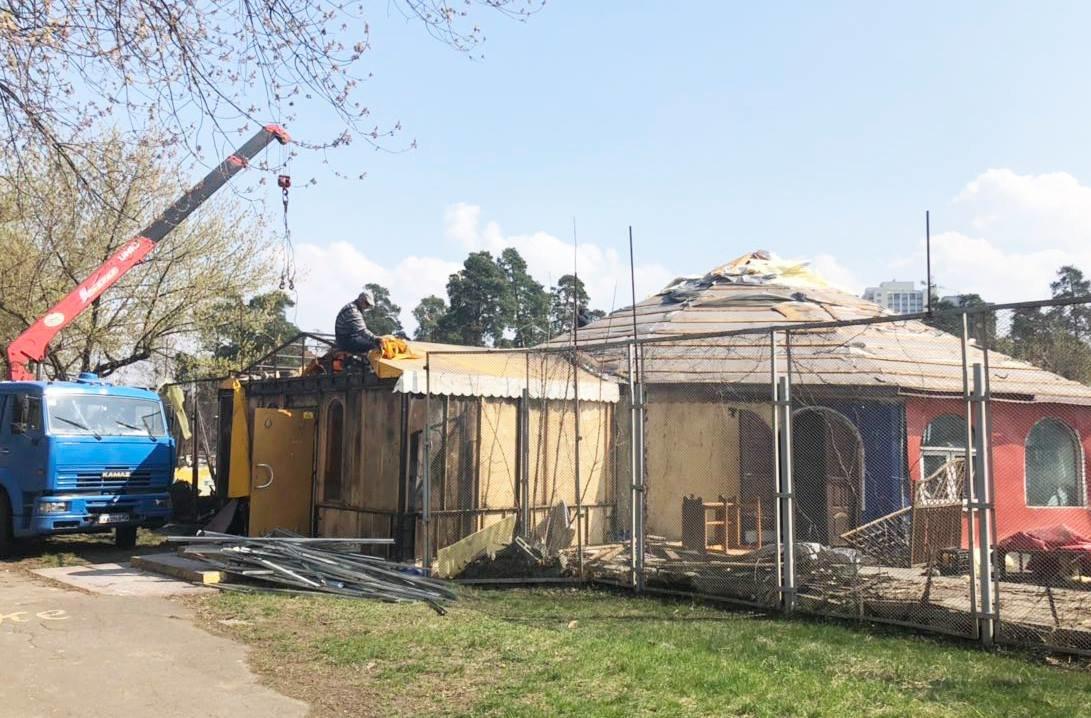 Кафе-бар с танцполом: в киевском парке демонтируют огромный МАФ, - ФОТО, фото-2
