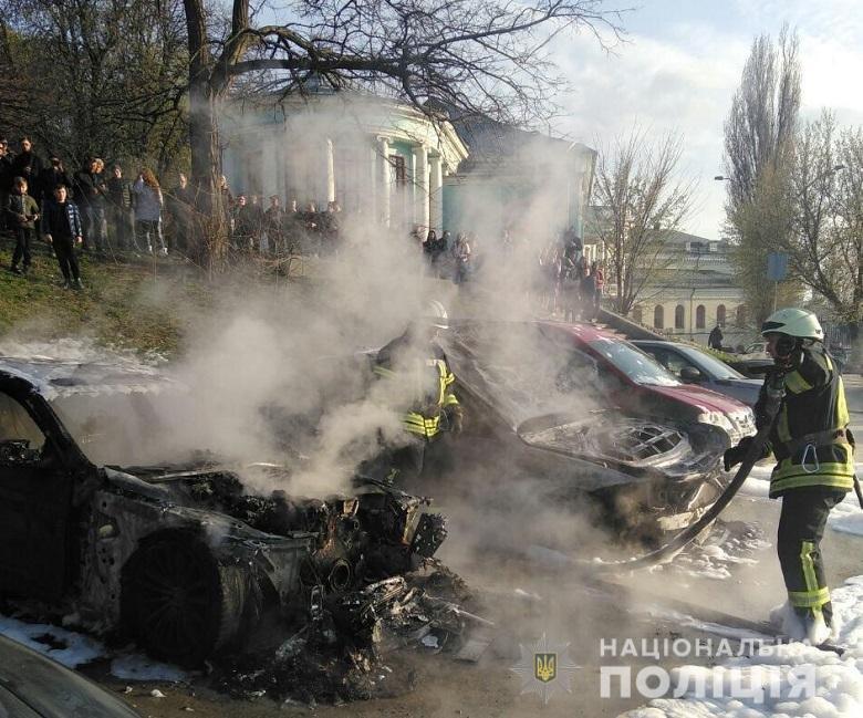 На Печерске в Киеве сгорели два автомобиля: в полиции подозревают поджог, - ФОТО, фото-1