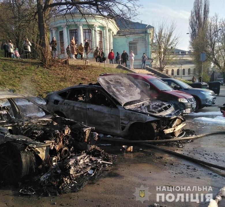 На Печерске в Киеве сгорели два автомобиля: в полиции подозревают поджог, - ФОТО, фото-2