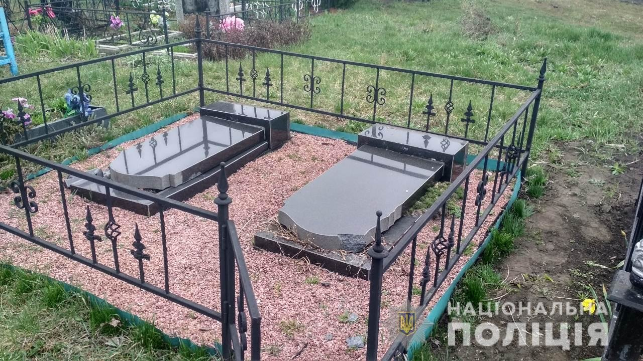 Четверо пьяных подростков на Киевщине устроили погром на кладбище, - ФОТО, фото-1