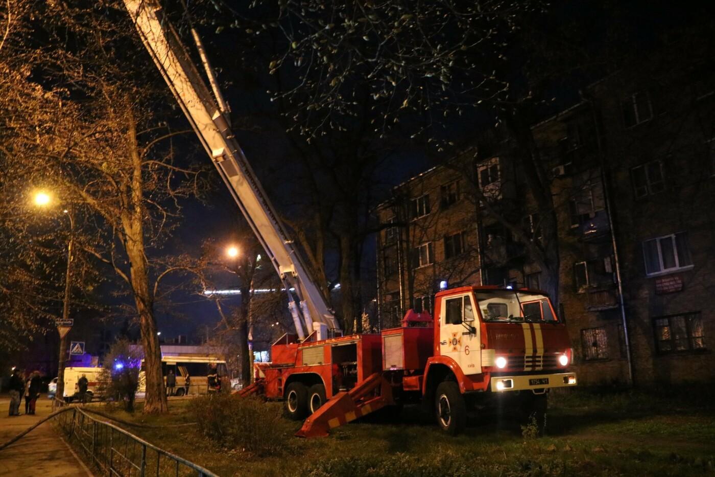 Ночью в Киеве горел жилой дом на улице Древлянской: жильцов пришлось эвакуировать, - ФОТО, фото-2, Фото: ГУДСНС в Киеве