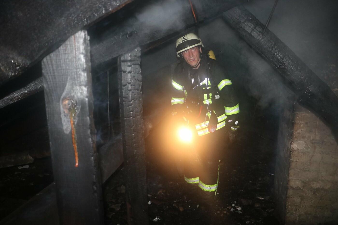 Ночью в Киеве горел жилой дом на улице Древлянской: жильцов пришлось эвакуировать, - ФОТО, фото-1, Фото: ГУДСНС в Киеве