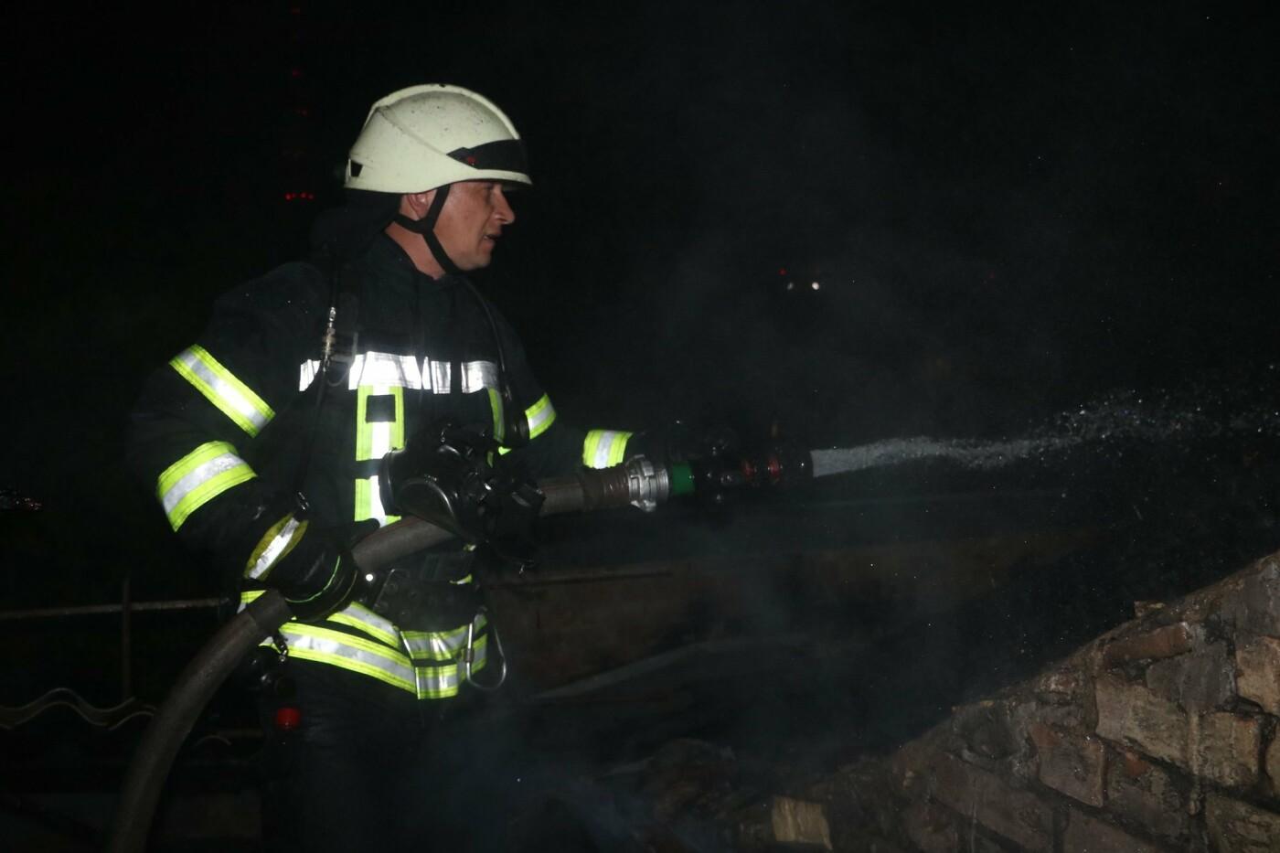 Ночью в Киеве горел жилой дом на улице Древлянской: жильцов пришлось эвакуировать, - ФОТО, фото-3, Фото: ГУДСНС в Киеве