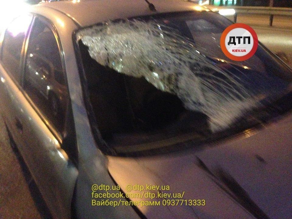 На проспекте Победы водитель сбил двух людей на остановке, фото-2, Фото: facebook.com/dtp.kiev.ua