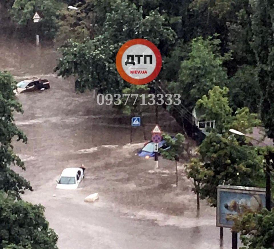Столица в воде - сильный ливень затопил улицы Киева, - ФОТО, ВИДЕО