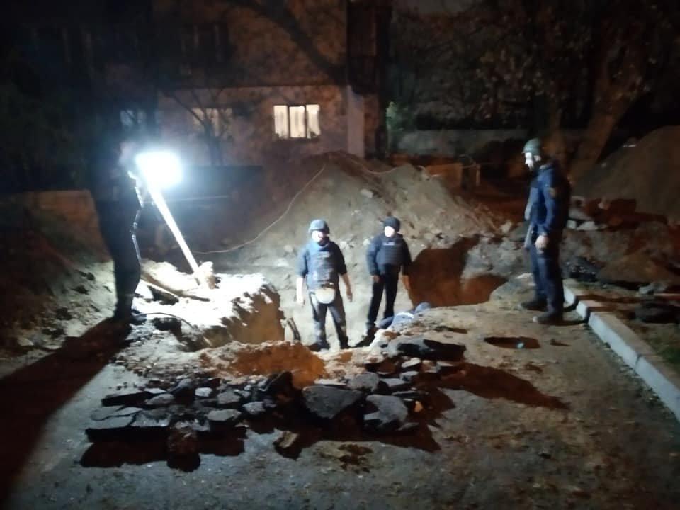 Возле Шулявского моста в Киеве обнаружили больше 100 артиллерийских снарядов, - ФОТО, фото-3, Фото ГСЧС