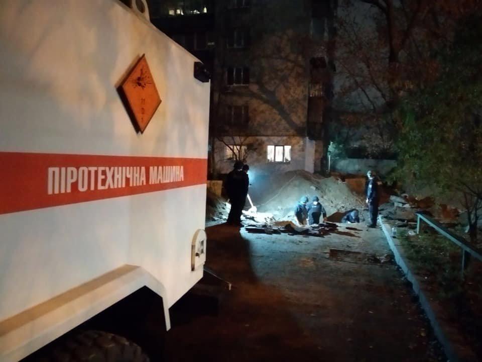 Возле Шулявского моста в Киеве обнаружили больше 100 артиллерийских снарядов, - ФОТО, фото-1, Фото ГСЧС