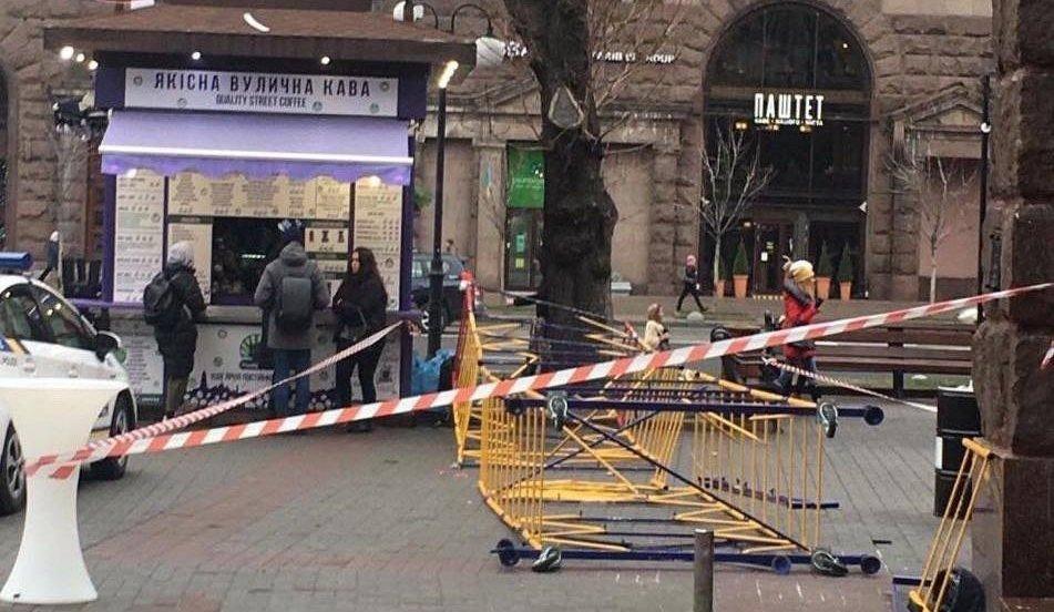 На Крещатике на пешеходов обрушилось строительное ограждение: есть пострадавшие, - ФОТО, фото-1