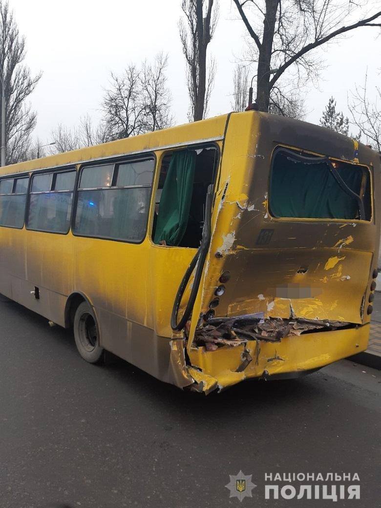 На столичных Термках грузовик протаранил маршрутку: есть пострадавшие, - ФОТО, фото-1